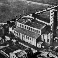 Базилика Сант Аполлинаре ин Классе в Равенне. Общий вид. Аэрофотосъемка