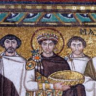 Император Юстиниан со свитой. Мозаика церкви Сан Витале в Равенне. Фрагмент. До 547 г.