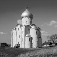Церковь Спаса Нередицы близ Новгорода. Заложена в 1198 г. Вид с юго-востока
