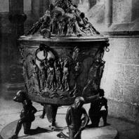 Бронзовая купель собора в Гильдесгейме. Фигуры, поддерживающие купель, символизируют четыре райских источника. Около 1220 г.