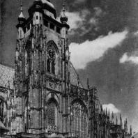 Собор св. Вита в Праге. Начат в 1344 г.; основное строительство во 2-й половине 14 в., западная часть собора - 2-я половина 19 - начало 20 в. Южный фасад