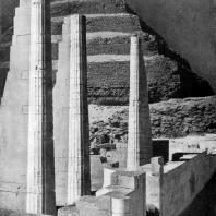 Пирамида фараона Джосера в Саккара. На первом плане — заупокойный храм Джосера. III династия. Начало 3 тыс. до н. э.