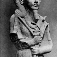 Статуя бога Хонсу с портретными чертами Тутанхамона из храма Хонсу в Карнаке. Гранит. XVIII династия. 14 в. до н. э. Каир. Музей