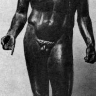 Круг Поликлета. Обнаженный юноша. Бронзовая статуэтка. Конец 5 в. до н. э. Париж. Лувр