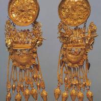 Золотая серьга из Феодосии с изображением воина и Ники. 4 в. до н. э. Ленинград. Эрмитаж