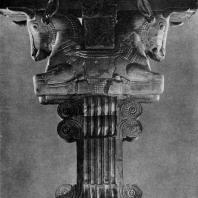Капитель с головами быков из Суз. Мрамор. Высота 5,80 м. Начало 4 в. до н. э. Париж. Лувр